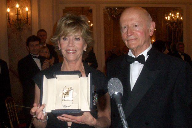 Jane Fonda, ici aux côtés de Gilles Jacob, mettra aux enchères la Palme d'or d'honneur qu'elle avait reçue en 2007/