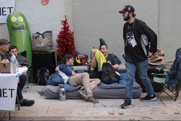 Des fans de Star Wars patientent devant un cinéma hollywoodien, le 12 décembre 2019.