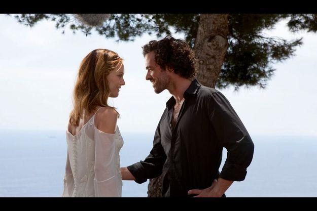 Ils n'avaient jamais joué ensemble. Leur rencontre est plus que convaincante, elle est électrique. Comme ici, à Monaco, face à la mer. L'émotion est d'autant plus palpable que Vanessa éprouve, à chaque tournage, « un trac de débutante ».