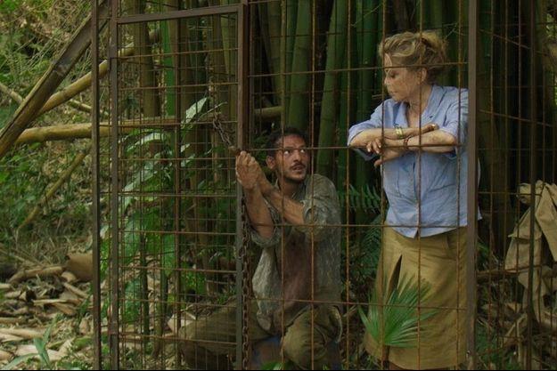 """Vincent Dedienne et Catherine Deneuve en cage dans """"Terrible jungle""""."""