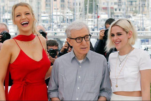 """Woody Allen entouré de Blake Lively et Kristen Stewart lors de la présentation de """"Café Society"""" en mai 2016."""