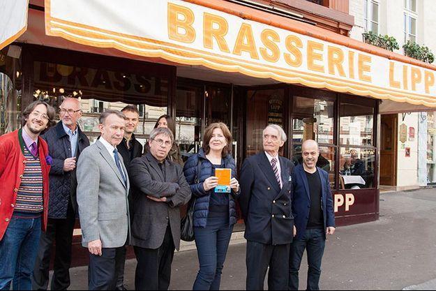 La lauréate Dominique Paravel entourée des membres du jury et d'écrivains.