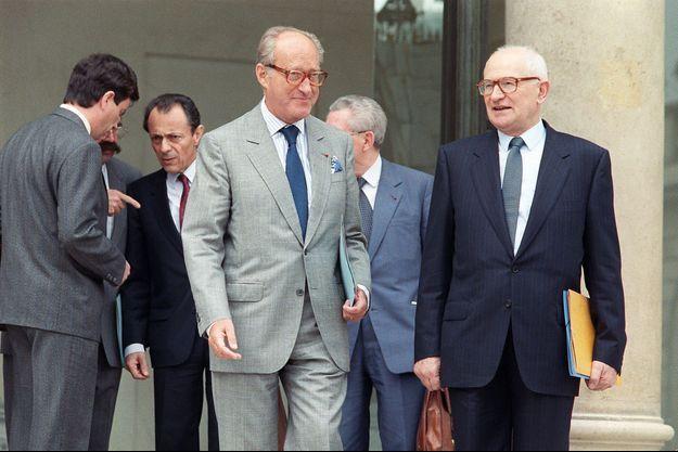 Alain Decaux à la sortie du Conseil des ministres le 29 juin 1988 à Paris.