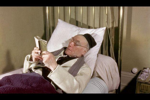Sur son lit étroit, avant sa sieste, il lit du Virgile dans une ancienne édition scolaire.