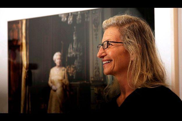 Annie Leibovitz, en 2008, devant sa photographie d'Elizabeth II à la National Portrait Gallery.