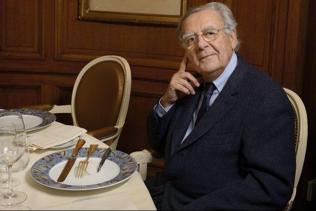 Bernard Pivot a sa place dans le salon et dans l'assiette ses couverts numéro 1 en vermeil gravés du nom de ses prédecesseurs et en symbole un stylo plume.