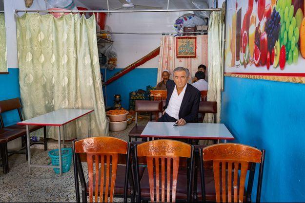 Septembre 2020, Afghanistan. À la recherche d'une journaliste des « Nouvelles de Kaboul », dans le quartier de Chicken Street.