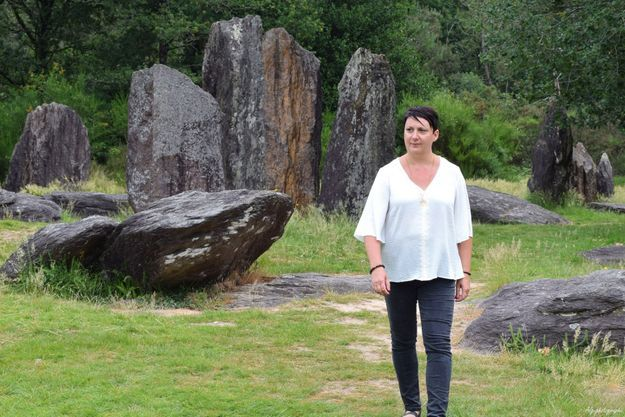 Christelle Dubois en Bretagne, sa région d'adoption, parmi les menhirs de la forêt de Brocéliande.