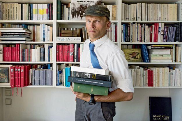 Sylvain Tesson dans sa bibliothèque.