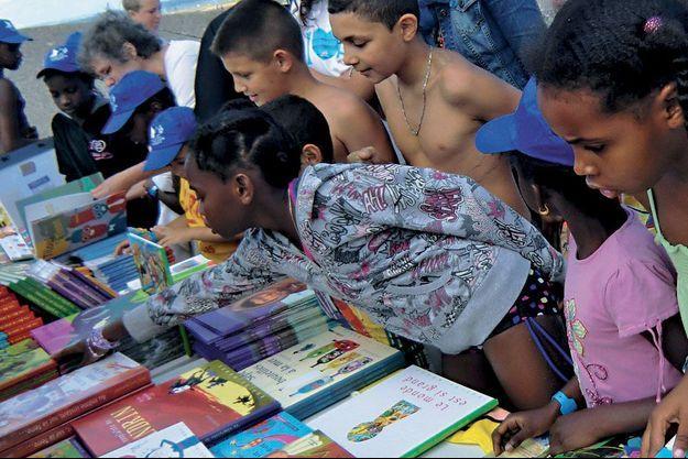 Rue du monde s'associe au Secours Populaire Français pour offrir 50 000 livres aux enfants qui ne partiront pas en vacances.
