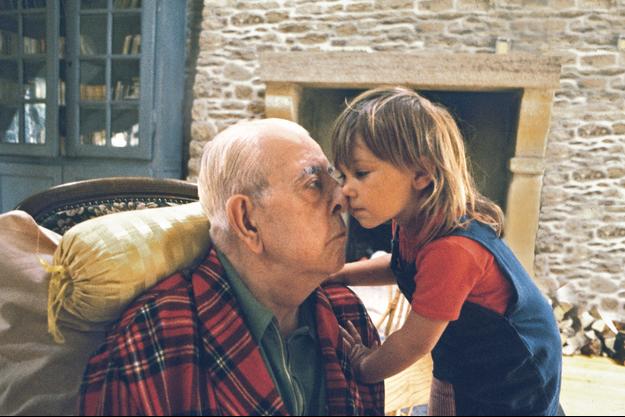 Jacques Prévert et sa petite-fille Eugénie dans sa maison d'Omonville-la-Petite, dans la Manche.