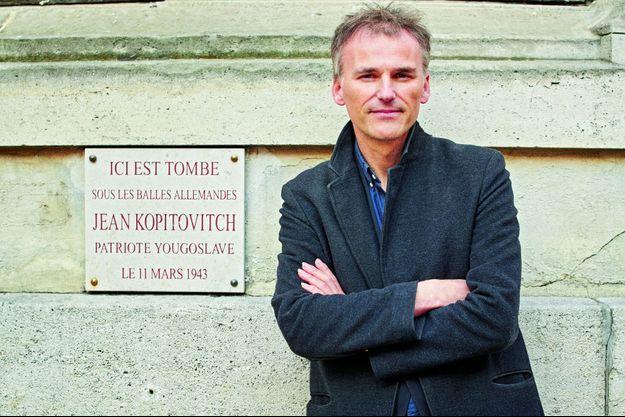François-Guillaume Lorrain devant la plaque commémorative de son héros.