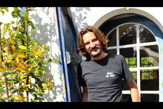 A Guéthary, devant la demeure de son enfance. C'est là qu'il a écrit son nouveau roman. Depuis ce retour aux sources, il y a même acquis une maison.
