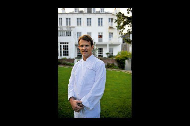 Florian Hugo pose devant Hauteville House, à Guernesey