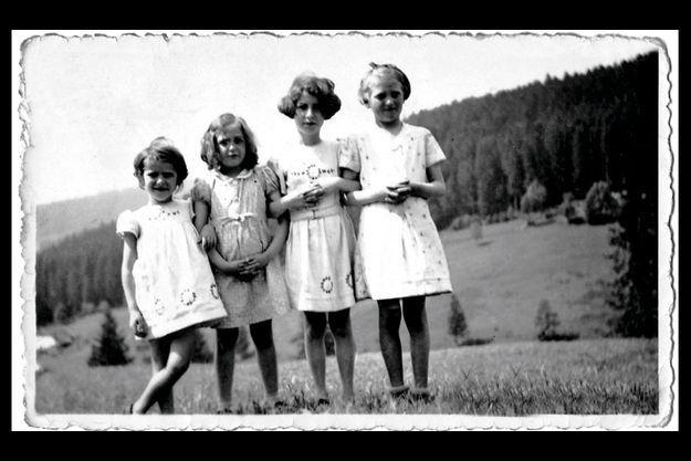 Les quatre soeurs Loridan (Marceline est la deuxième à droite), au temps de l'insouciance.