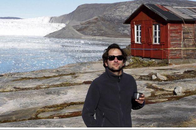 Julien Blanc-Gras, l'été dernier, devant la cabane de Paul-Emile Victor.