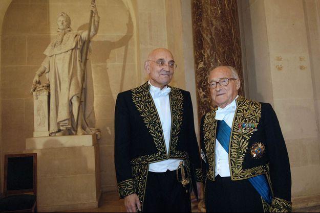 Max Gallo (à gauche) dans son costume d'académicien aux côtés d'Alain Decaux, qui a prononcé son discours de réception le 31 janvier 2008.