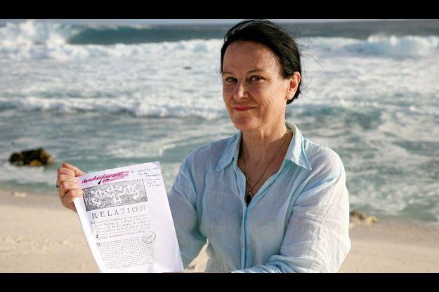 Irène Frain sur les lieux du naufrage, dans ses mains le récit des rescapés.