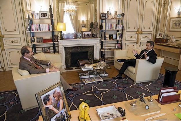 Jeudi 3 juillet. Nicolas Sarkozy accueille Jean-Marie Rouart dans son bureau, rue de Miromesnil. Au milieu des photos de famille, un cliché du G20 de 2008, où il apparaît aux côtés d'Angela Merkel, Tony Blair et George W. Bush (sur la cheminée), près d'un buste de Rouget de Lisle.