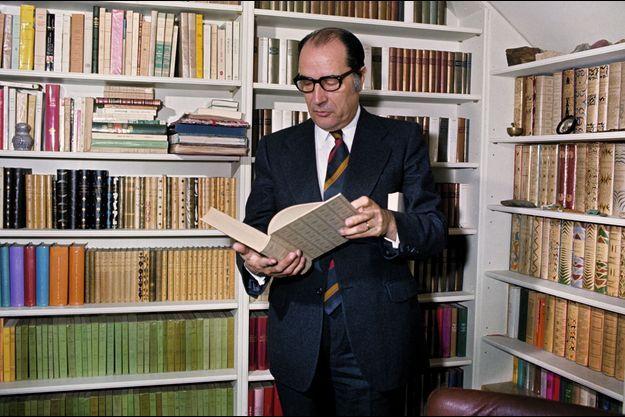 Avril 1974. Le premier secrétaire du parti socialiste dans sa bibliothèque, rue de Bièvres.