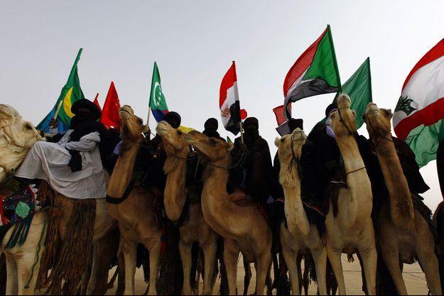 Des touaregs de Libye avec des drapeaux de la Ligue arabe.
