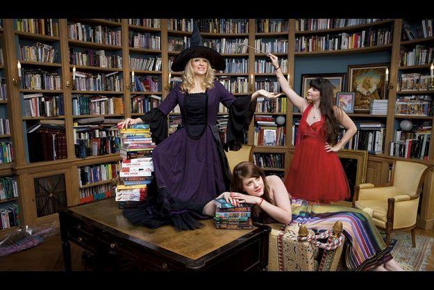 Sophie Audouin-Mamikonian avec ses deux filles, Diane, 24 ans (assise), et Marine, 21 ans, dans sa bibliothèque. Sa collection privée d'ouvrages de science-fiction et de littérature fantastique est la plus importante de France.