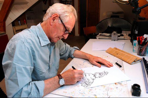René Pétillon dessinant Jack Palmer, en septembre 2013, à Névez dans le Finistère.
