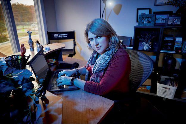 Lisa Garner à sa table de travail où se perpétuent les pires horreurs.