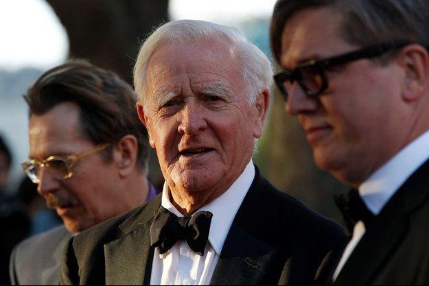 John Le Carré pose pour les photographes avec l'acteur britannique Gary Oldman et le réalisateur suédois Tomas Alfredson lors de la première britannique de Tinker Tailor Soldier Spy à Londres le 13 septembre 2011.