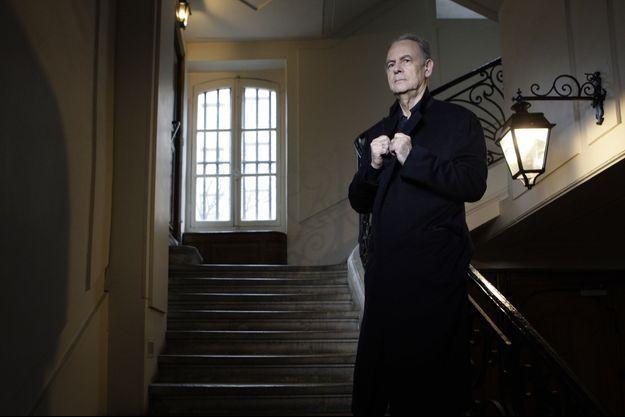 Patrick Modiano chez lui, à Paris, en 2010.