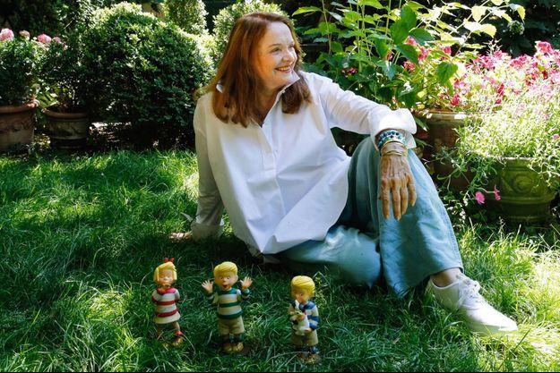 Nicole Lambert, chez elle, avec les figurines de ses Triplés, qui ne font pas leurs 37 ans.