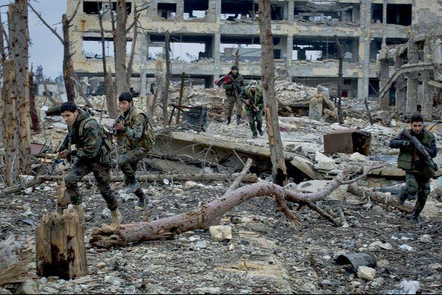 Alep, 2016 : soldats loyalistes dans les décombres de l'Académie militaire.