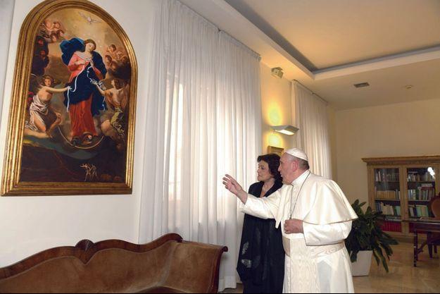 Chez lui, au Vatican, le Pape explique à Caroline Pigozzi pourquoi il aime la symbolique du tableau «Marie qui défait les noeuds».