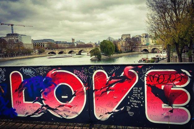 L'amour, toujours, sur le pont des Arts.