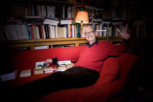 Patrick Modiano, chez lui, à Paris, entouré de ses livres. Son dernier roman, « Pour que tu ne te perdes pas dans le quartier » (Gallimard), vient de paraître.