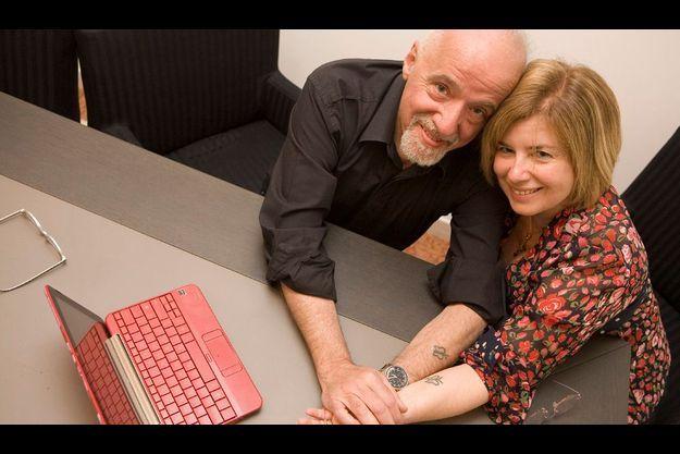 Dans la peau. A l'époque de leur mariage, Paulo Coelho et Christina Oiticica ont préféré à l'échange d'anneaux le tatouage d'un papillon sur leur avant-bras gauche – symbole de liberté et d'ancrage. Ici, dans le bureau de leur appartement de Genève.