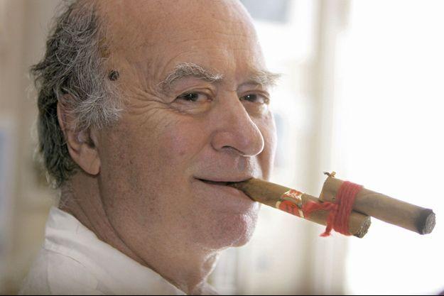 """Le cigare cubain rafistolé est un hommage à son confrère Albert Dubout qui avait inventé la pipe cassée, de la même manière. Mais la bague ets gravée à son nom, """"George Wolinski""""."""