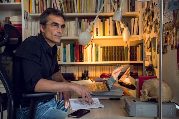 Dans son bureau à deux pas de son domicile de Montparnasse, le 29 juillet. Il a l'habitude de se lever aux aurores pour écrire.