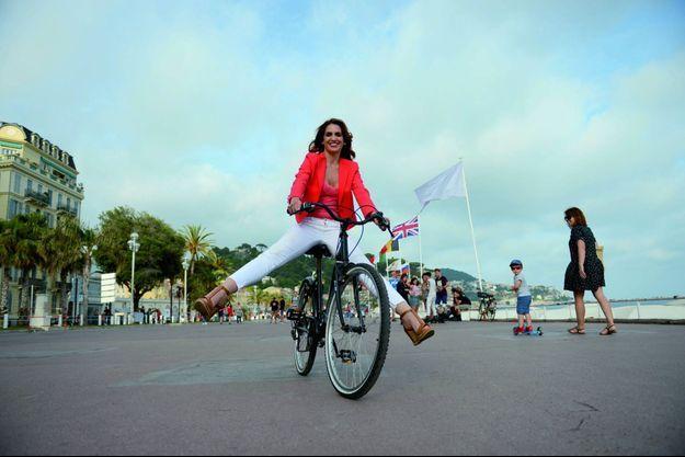 La journaliste franco-tunisienne, ici le 1er juin à Nice sur la promenade des Anglais, lancée dans une carrière d'écrivaine.