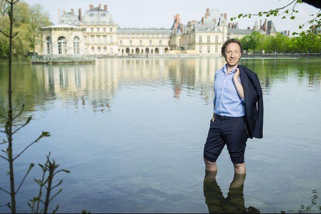 Dans l'étang des Carpes, le 22 avril 2018 au château de Fontainebleau, sur le tournage d'un « Secrets d'Histoire » consacré à Marie de Médicis.