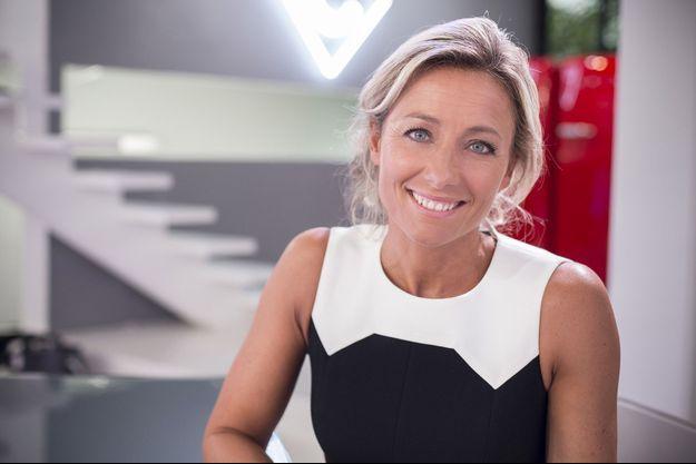 """Anne-Sophie Lapix sur le plateau de """"C à vous""""."""