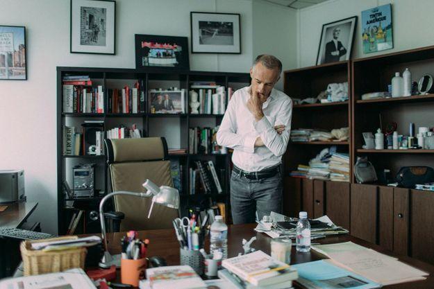 Le présentateur dans son bureau.