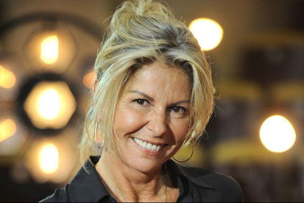 """Caroline Margeridon lors de l'enregistrement de l'émission prime """"Affaire conclue"""" dans les écuries du château de Chantilly, en juillet 2020."""