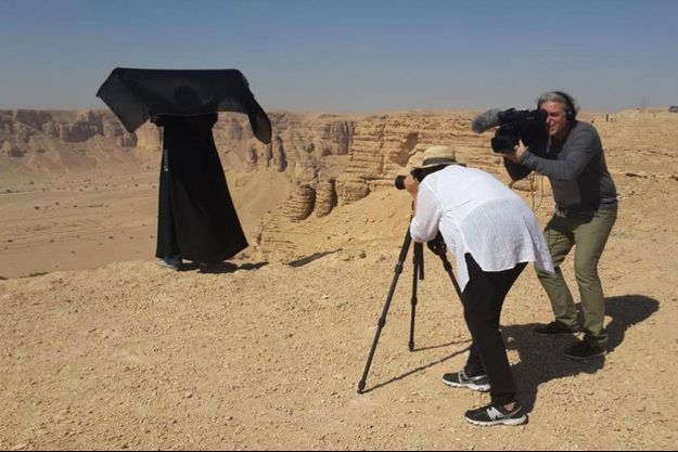Madeha Al Ajroush en pleine séance photo, filmée par Bernard Cazedepats.