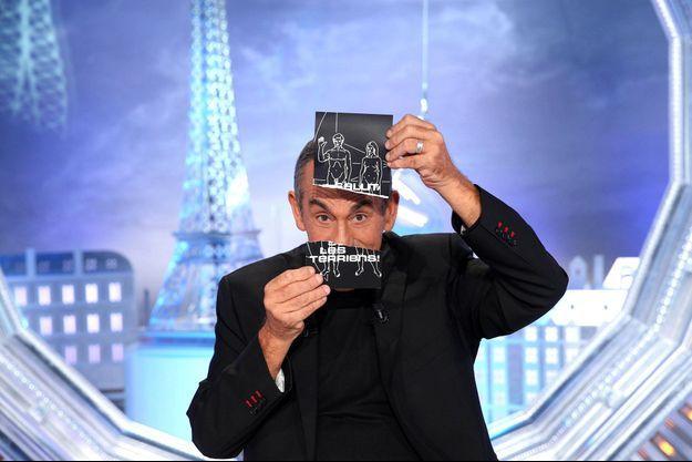 """Thierry Ardisson sur le plateau de """"Salut les terriens!""""."""