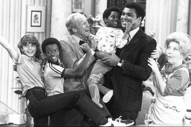 "Dana Plato, Todd Bridges, Conrad Bain, Gary Coleman, Mohamed Ali et Charlotte Rae sur le tournage de ""Arnold et Willy""."