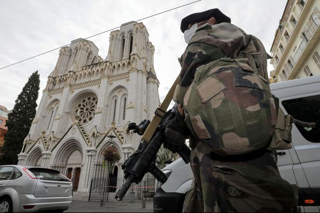 Un militaire près de la basilique Notre-Dame de Nice, où trois personnes ont été tuées à l'arme blanche.