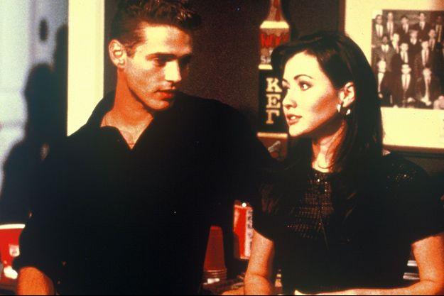"Shannen Doherty (Brenda) et Jason Priestley (Brandon) dans ""Beverly Hills""."