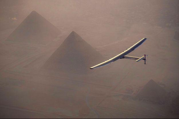 Solar Impulse survole les pyramides de Gizeh