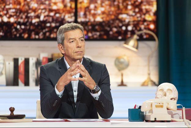 """Michel Cymes sur le plateau de """"Ça ne sortira pas d'ici""""."""